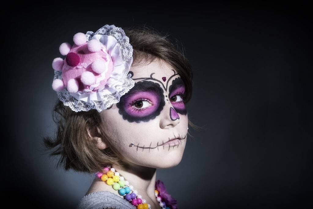 kleines Mdchen mit Sugar Skull Make up und Tortenhut
